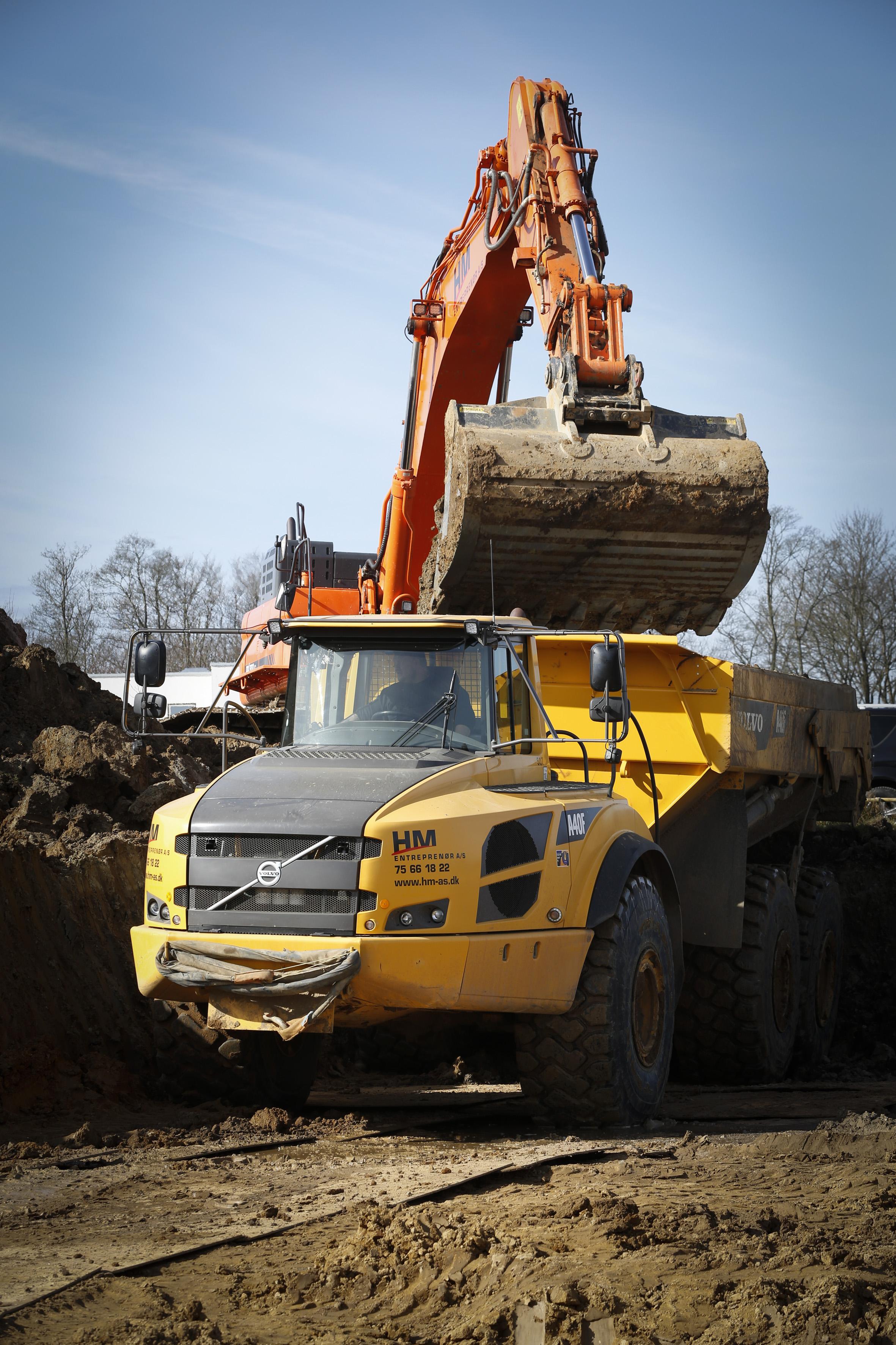 Entreprenør med de rette maskiner til jordflytning og